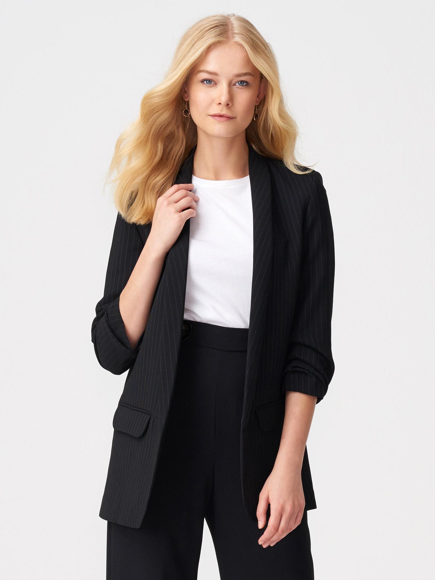 Siyah ve lacivert renklerdeki spor ve blazer ceketler, şık kumaş pantolonlarınızla büyük bir uyum sergilerken, düz spor ceketinizin jeanlerle birlikte sergilediği sportif çekiciliği kesinlikle seveceksiniz. Klasik kesim bir ceket sizi her zaman iyi gösterebilir.